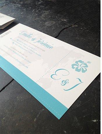 faire-part-mariage-carte-embarquement-hibiscus-bleu-turquoise-avion-voyage-passeport